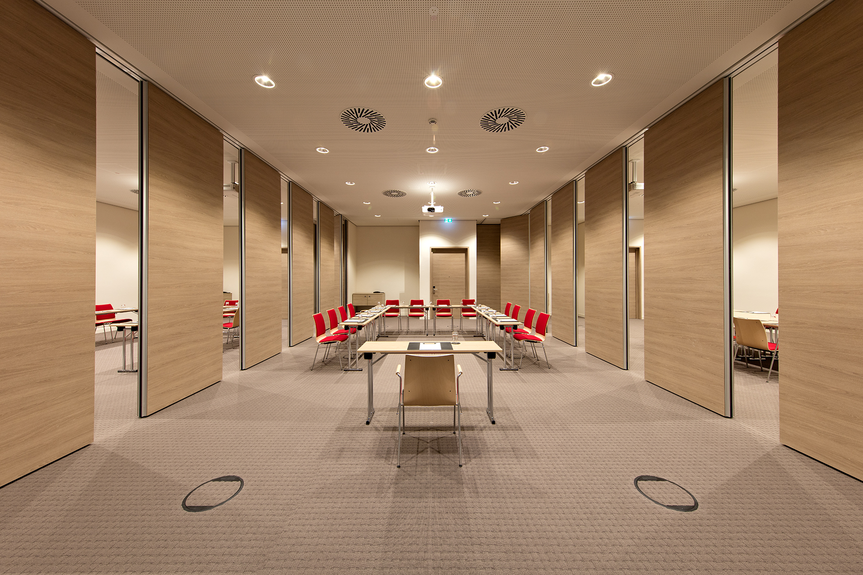 The conference area can easily be divided into several independent soundproofed rooms using the Slido Wall partition wall systems.