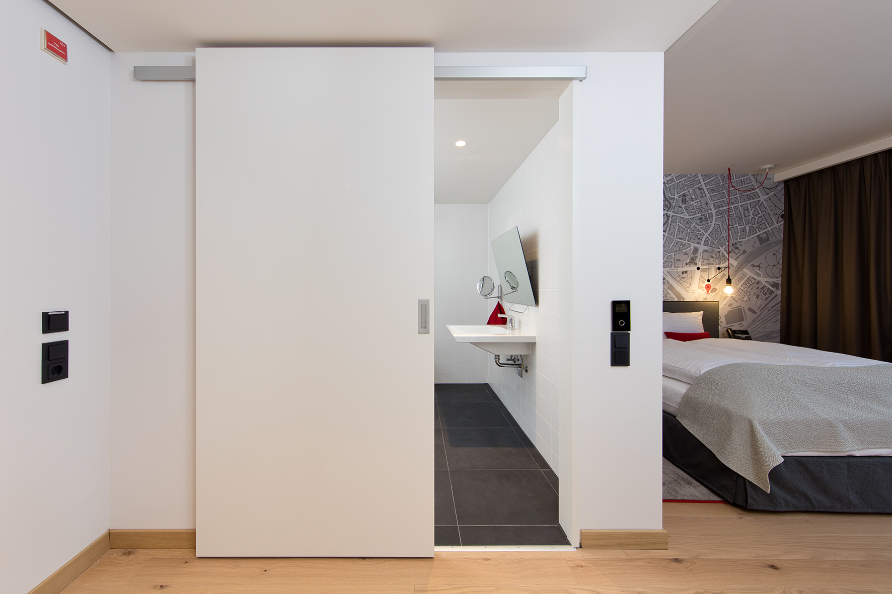 The bathrooms are designed as internal zones: The sliding doors with Häfele Slido Design 40-V sliding door fittings save space and provide freedom of movement.
