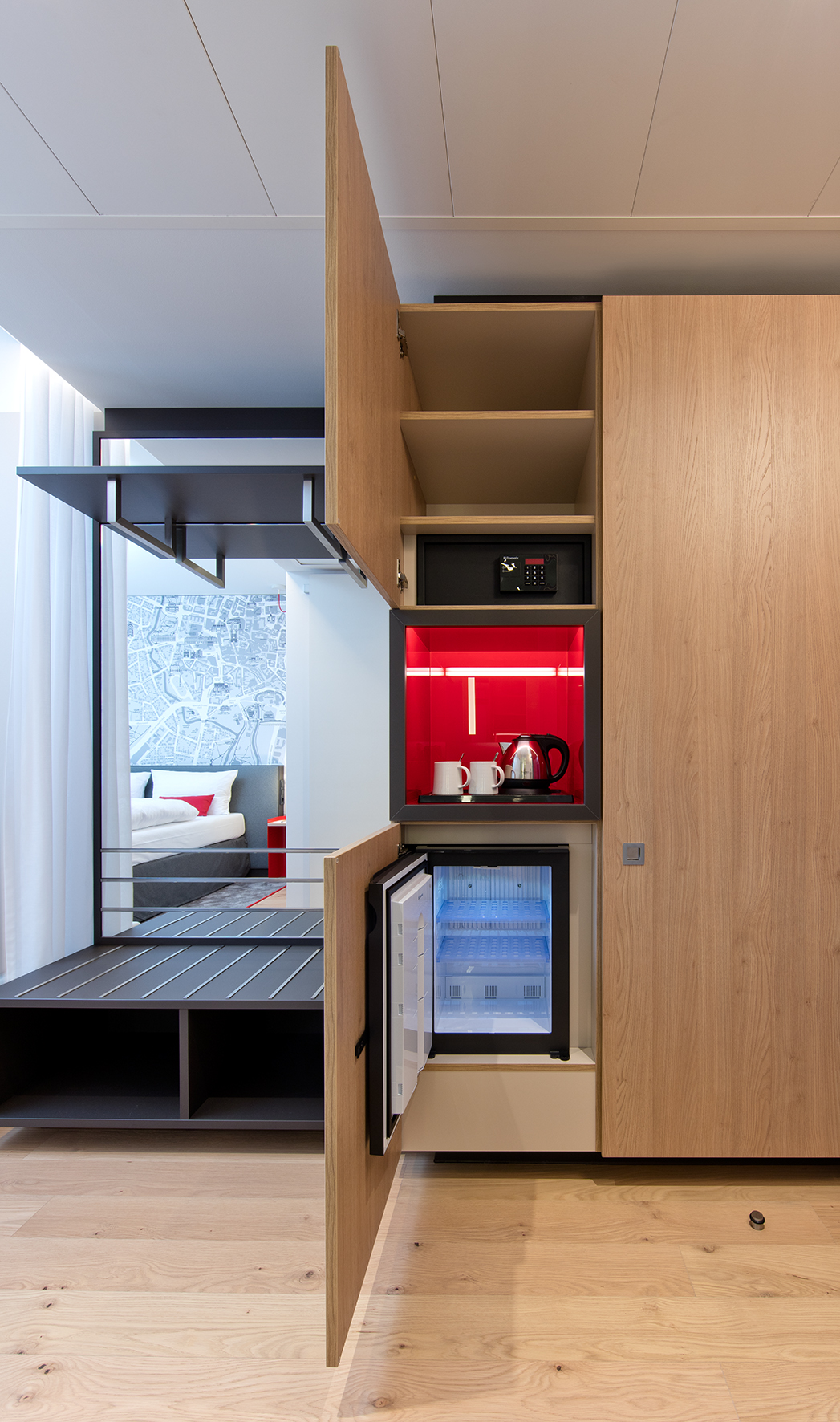 Many Häfele products are used in the rooms: A robust luggage rack is integrated in the wardrobe with floor-to-ceiling mirror, and there is a safe and a minibar in the cabinet next to it.